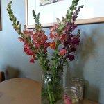 Petit bouquet de fleurs et crayons de couleurs