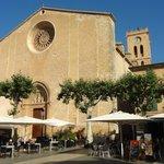 Iglesia que preside su siempre muy animada Plaza Mayor