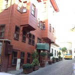 A ruela estreita em bairro antigo esconde um hotel muito bom