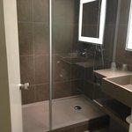 De kleine badkamer met grote douche