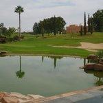 Le bassin et le lac qui séparent le restaurant des greens