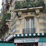 "atmospheric ""bistro"" in rue Lamarck - good for a drink, food not great, go to ""Le Relais"" instea"