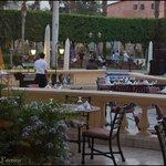 Mesas externas nos restaurantes do hotel.