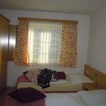 Chambre double - 2 lits 1 place. Douche privée+lavabo
