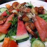 Salade fruits de mer (saumon, noix de St-Jacques, crevettes, chaire de crabe, ...)