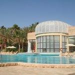 piscine extérieure et piscine intérieure