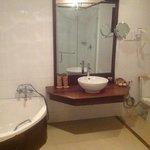 bath room with tub