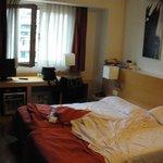 Zimmer - etwas eng, keine Ablagen, kein Schrank