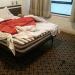 miren el piso y calidad de la cama