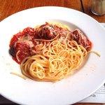Spaghetti com almôndegas e queijo
