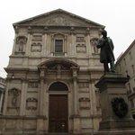 facciata e statua di Manzoni