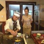 El chef preparando una tortilla para el desayuno