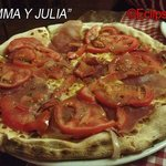 Pizza de jamón serrano y tomate natural