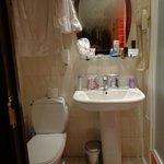 Banheiro pequeno mas bem limpo
