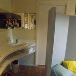 salle de bain avec lavabo dans la chambre