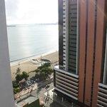 vista do mar pela janela do apartamento do hotel