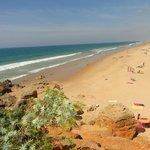 Desde la Cala de Roche la larguisima y limpisima playa La Barrosa