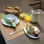 Café da manhã: não é tipo buffet, mas é bem servido e gostoso!
