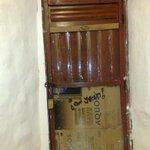 La puerta que les mencione rota y cubierta con carton