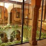 In giro per l'albergo , le vetrate creano una splendida atmosfera sul ristorante sottostante