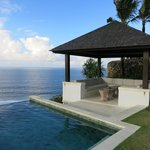 Infinity pool & outdoor sitting area