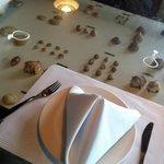 Mesa com varios tipos de mariscos e ostras embaixo do tampo ,
