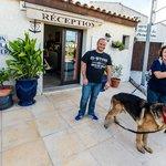 Il fronte dell'hotel, con il simpaticissmo Francois e il cane @