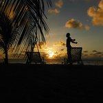 levé de soleil sur la plage de l'hotel
