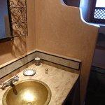Lavabo et douche de la salle de bain