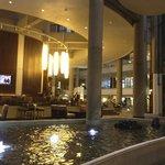 la recepcion del hotel con las fuentes y el bar en elcentro