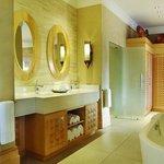 Saxon Executive One Bedroom Suite Bathroom
