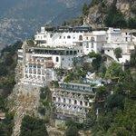 Отель прямо в скале, сверху дорога из Позитано в Амальфи