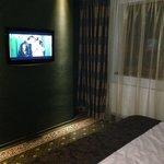 widok pokoju i TV na ścianie