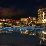 Blick vom Pool zum Hotel