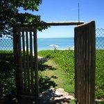 portão  de acesso a praia, por sinal bem exclusiva