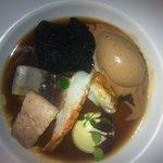 Langoustine et bonite confite glace olive infusion corsée crouton encre noire