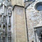 facciata della chiesa romanica  con il muro gallo romano