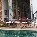 la piscine et les tables où prendre ses repas