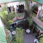 Riad L'Arabesque: view of the courtyard from the rooftop