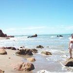 Praia praticamente deserta.