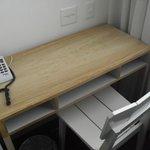 Pequeño escritorio en la habitación
