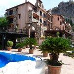 Hôtel et piscine, en face : l'Etna