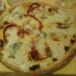 Pizza bianca gorgonzola e salame piccante
