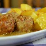 Albondingas en salsa con patatas