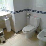 bidet et toilettes dans la salle de bain