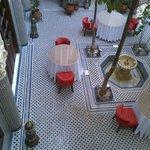 Il patio centrale visto dalle finestre interne