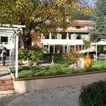 il giardino dell'hotel dal ruscelletto adiacente
