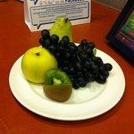 Тарелка фруктов- подарок от отеля