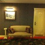 Мебель для красоты, ибо в коридоре толку от нее ноль