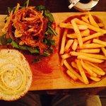 La mejor hamburguesa del DF, cebolla tempura, pan recién hecho, sirloin relleno de queso...
